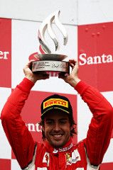 Fernando Alonso håper å løfte mange pokaler i den kommende sesongen. Bilde: Bertho RF1